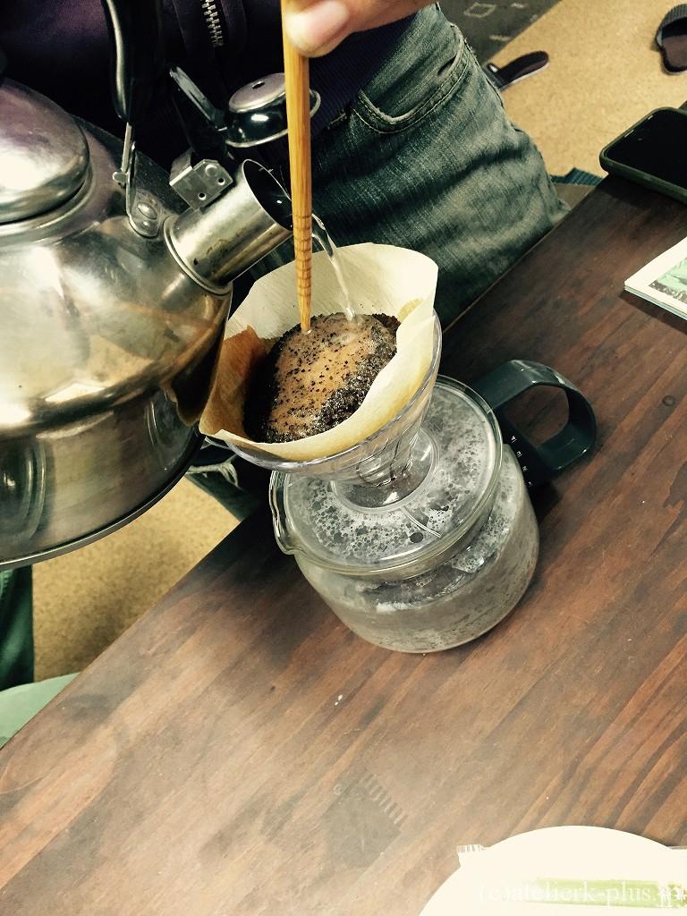 コーヒーを淹れている風景