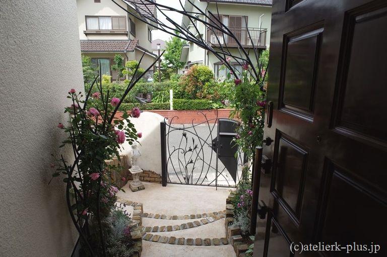 ロートアイアンのツリーオブジェと門扉