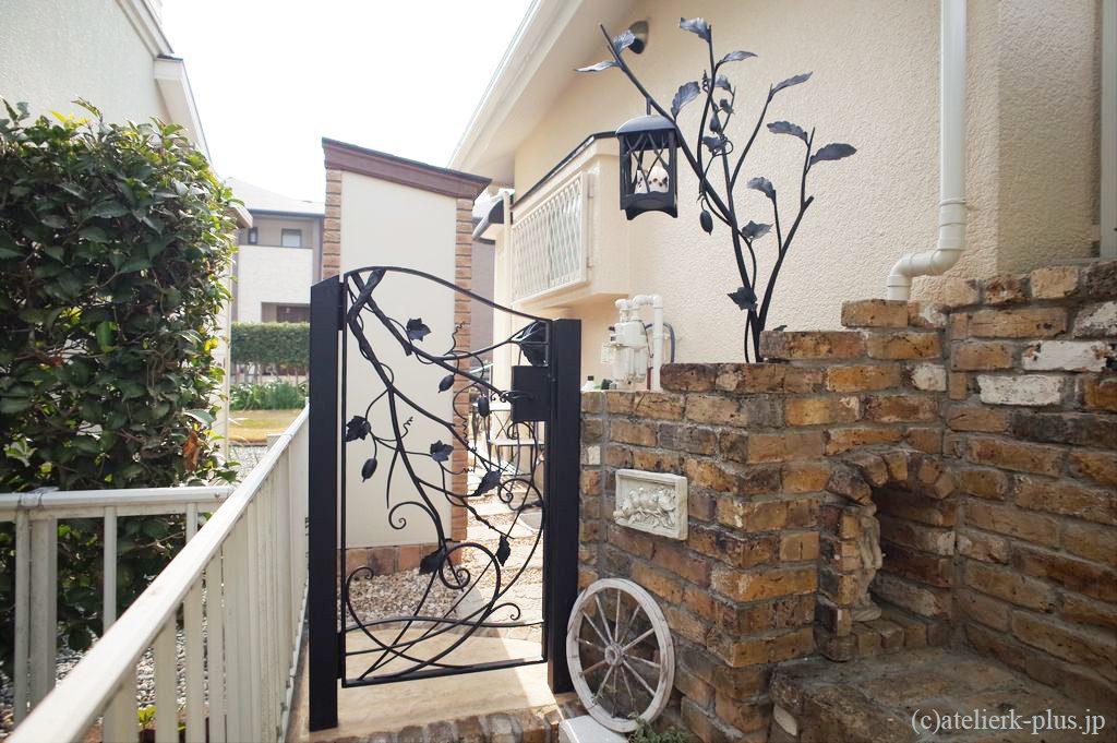 ロートアイアンの門扉とランタン