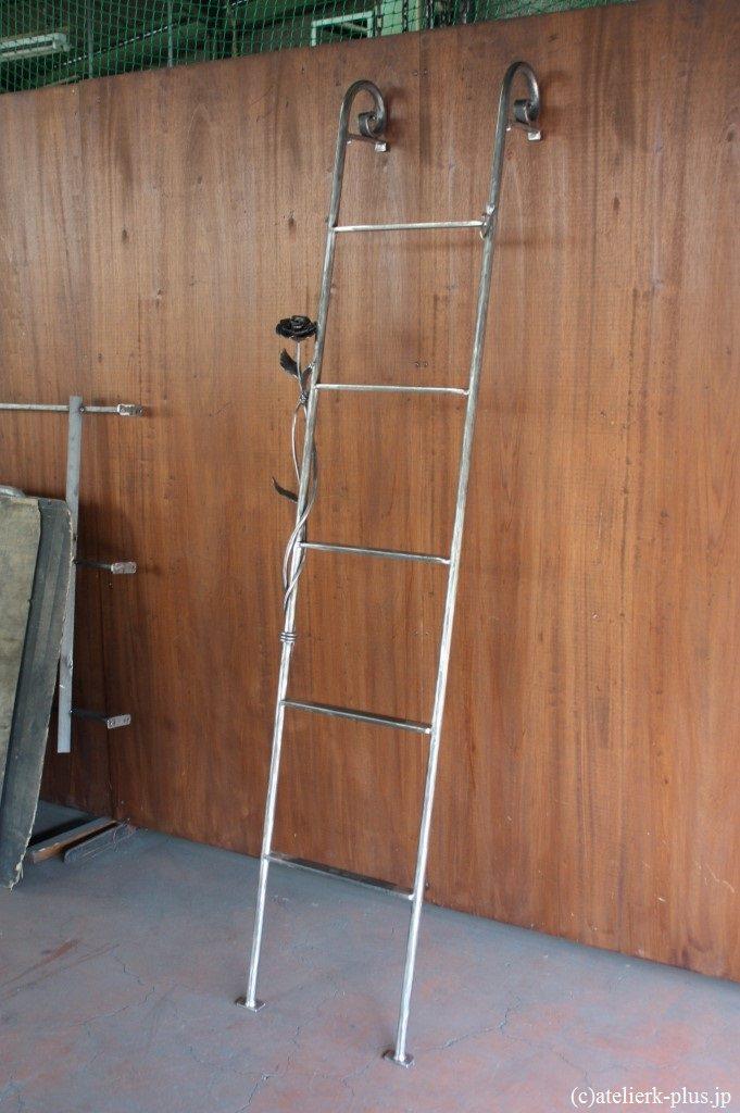 ロートアイアンの梯子