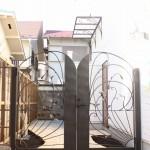 ロートアイアンの門扉とキャノピー