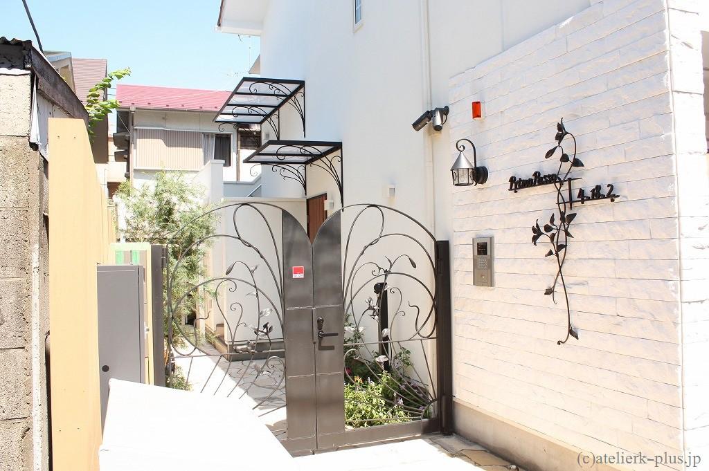 ロートアイアンの門扉、看板、キャノピー