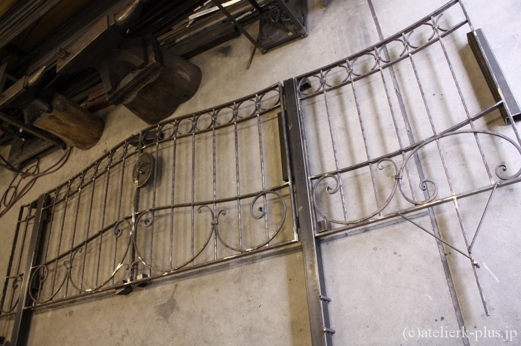 制作中の門扉とフェンス