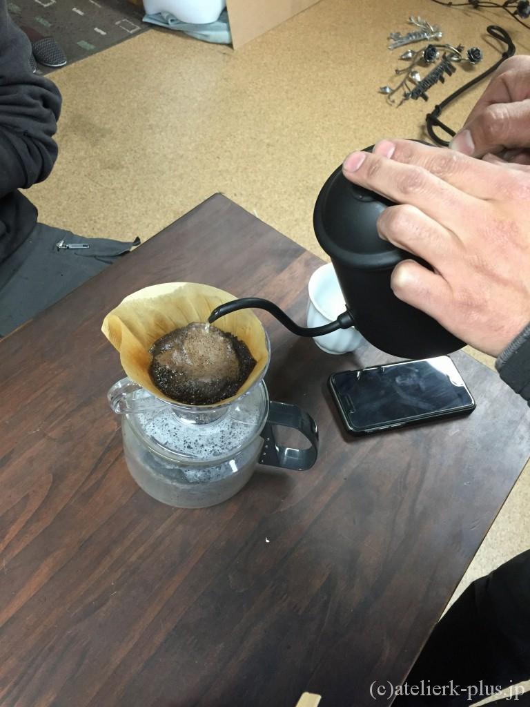 ショウゾウカフェのコーヒーを淹れている風景
