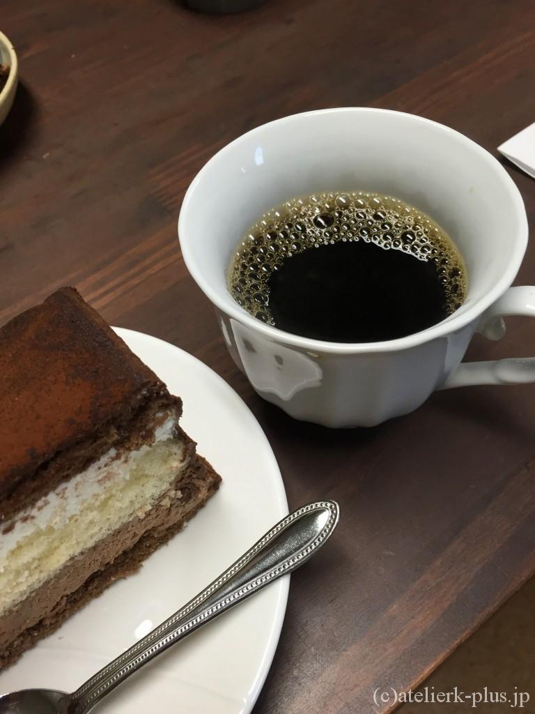 博多チョコレートショップのケーキとショウゾウカフェのコーヒー