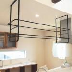 ロートアイアンのキッチン吊り棚