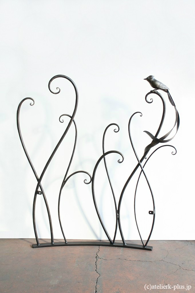 ロートアイアンのフェンスとサンコウチョウ