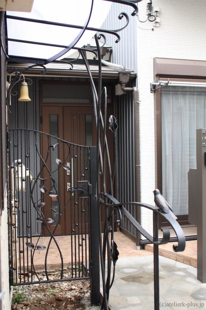 ロートアイアンの小鳥付き手摺や門扉など