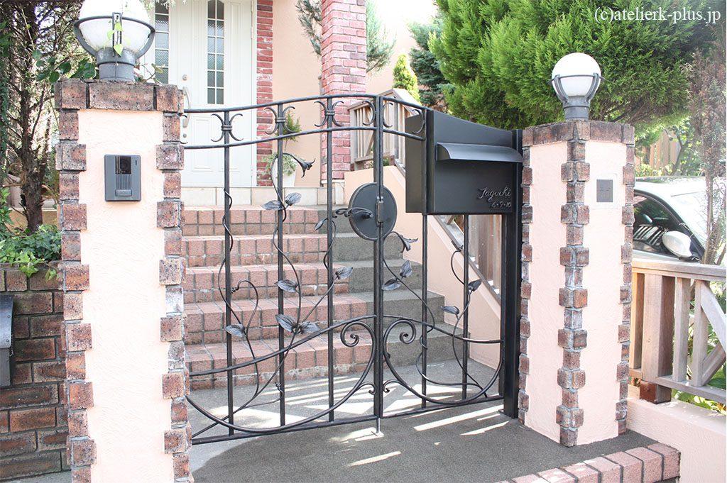 ロートアイアンのポスト付き門扉