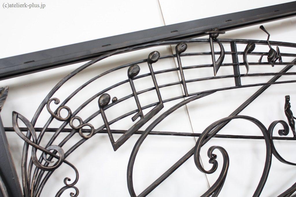 ロートアイアンの音符とカエル
