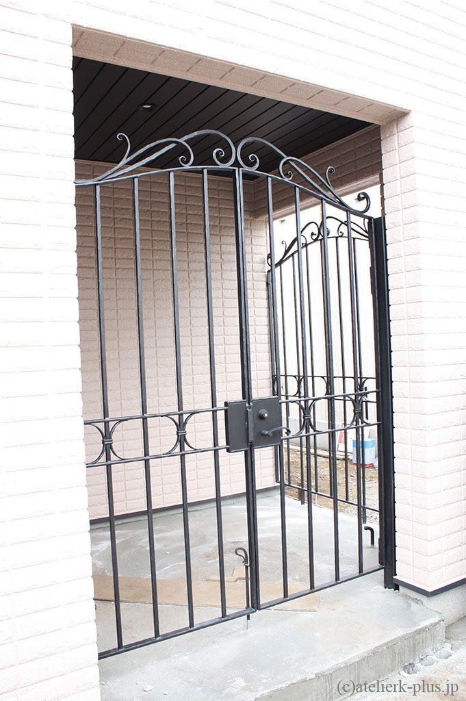 ロートアイアンの門扉と格子