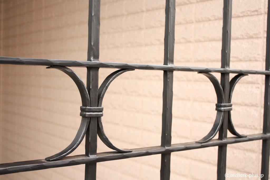 ロートアイアンの門扉、格子の装飾