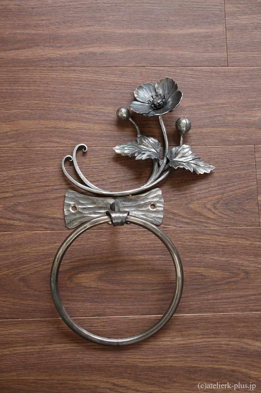 ロートアイアンの丸型タオルハンガー