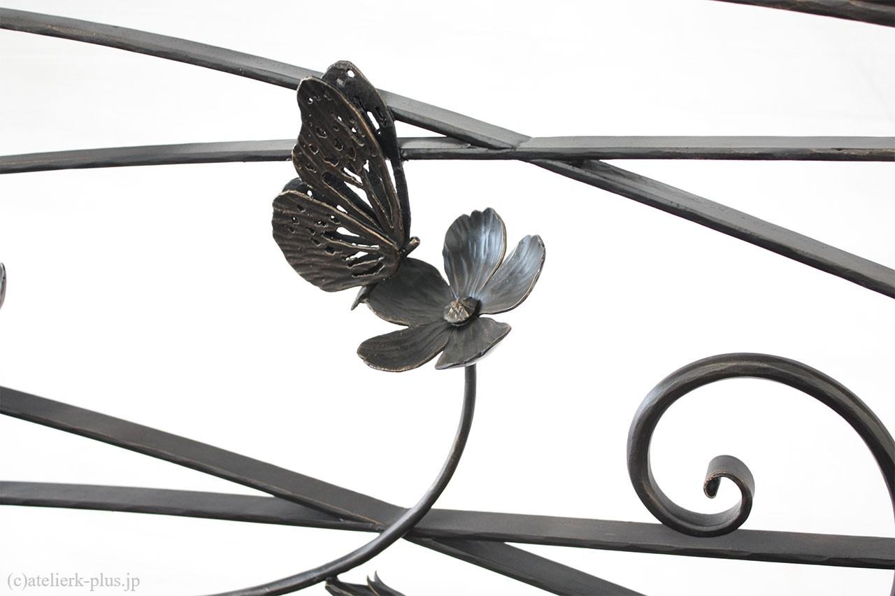 ロートアイアンの花とチョウチョ