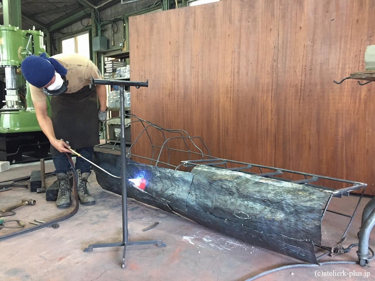 制作中の木のベンチ