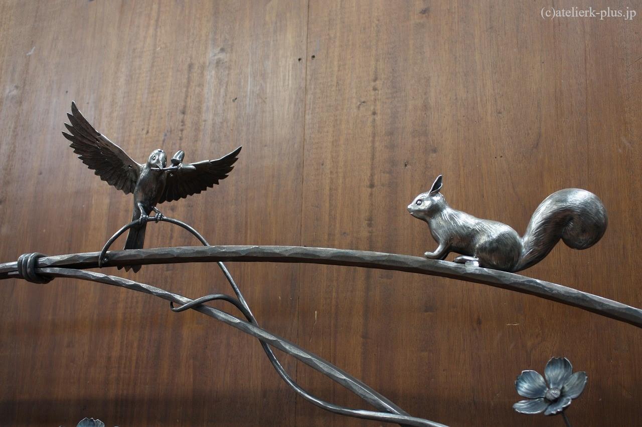 ロートアイアンの小鳥とリス