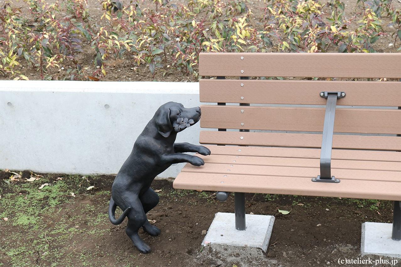 ロートアイアンの犬のオブジェ