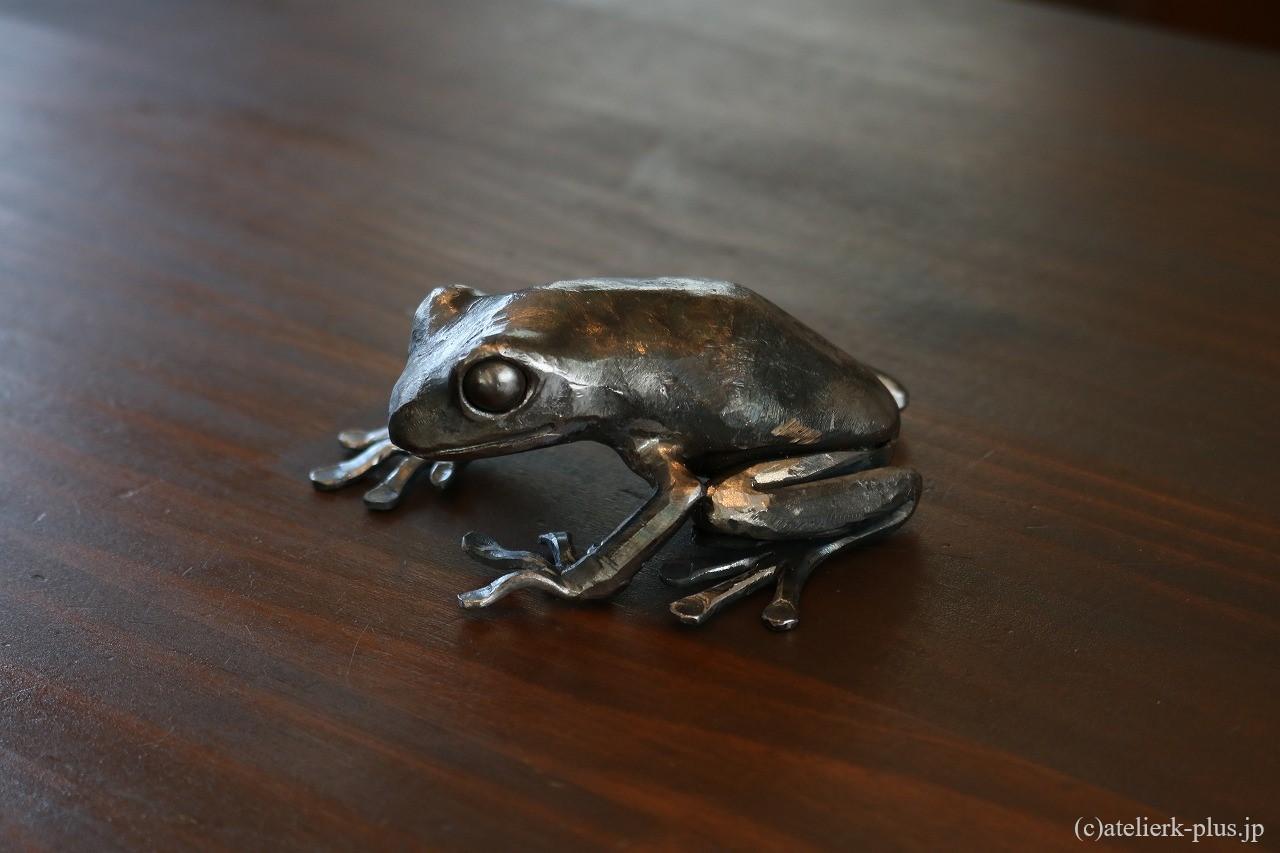 ロートアイアンのカエル