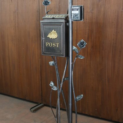 ロートアイアンのポスト支柱