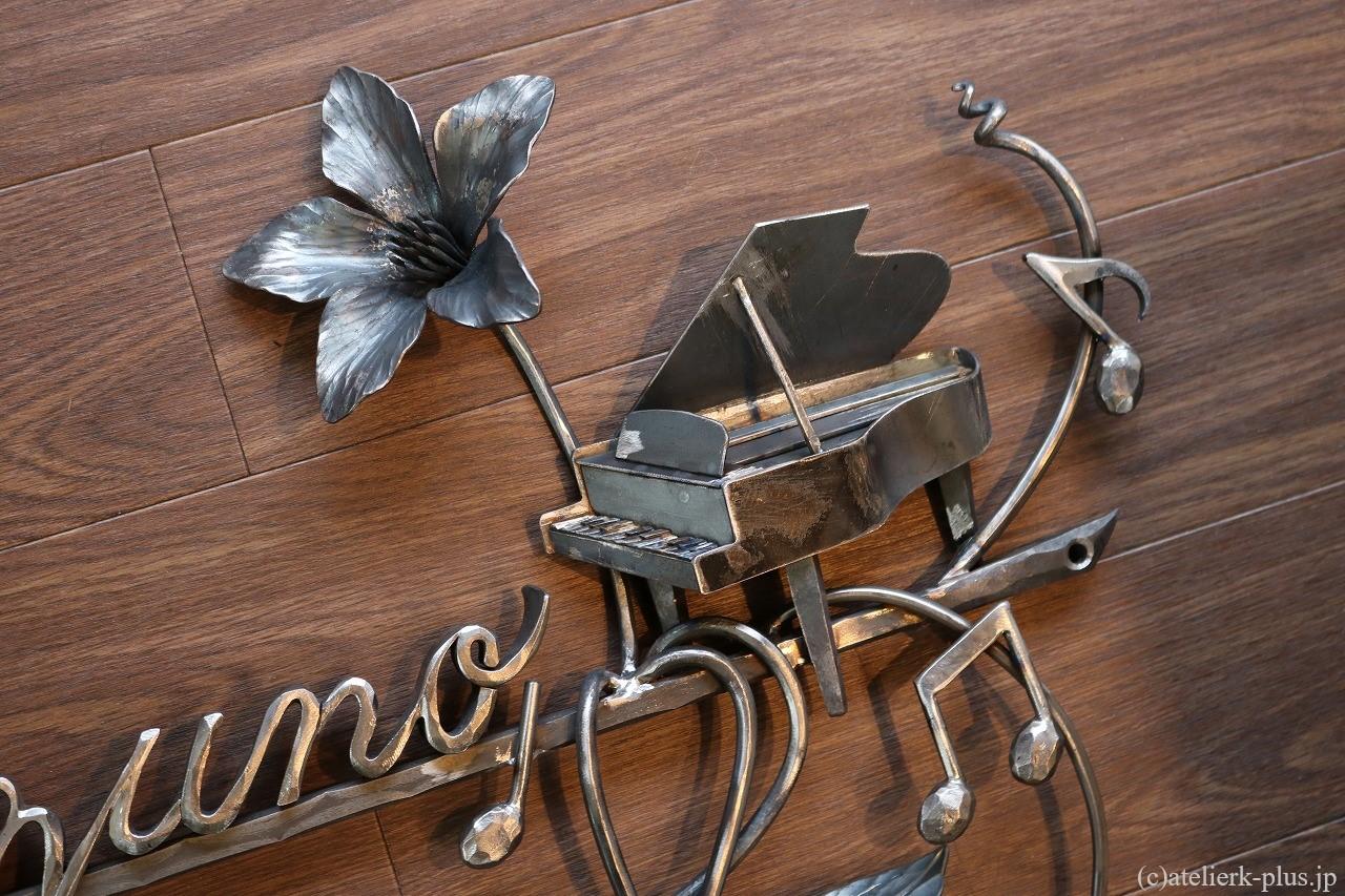 ロートアイアンのグランドピアノ