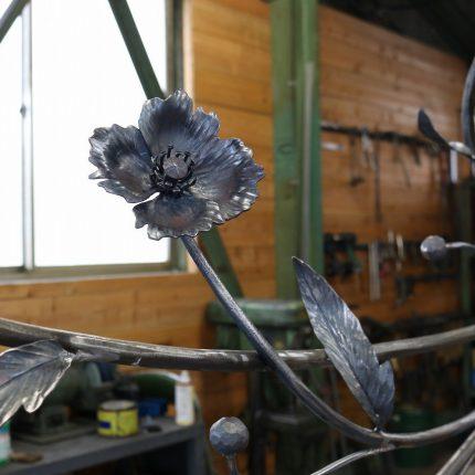 ロートアイアンのケシの花