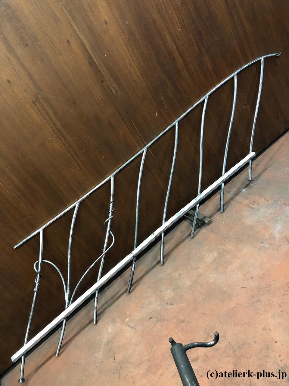 ロートアイアンの階段と手摺
